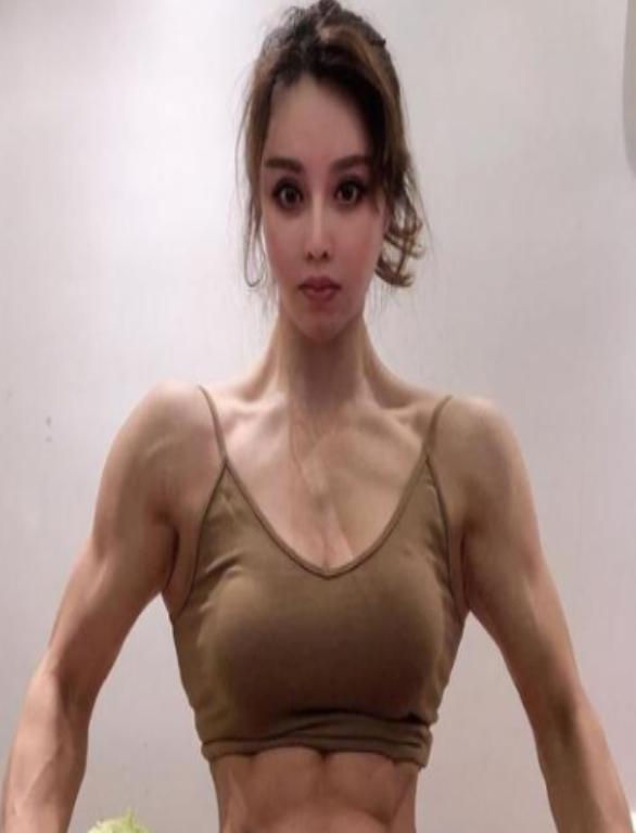 Pamer Otot, Dokter Cantik Ini Berikrar Akan Perangi Virus Korona