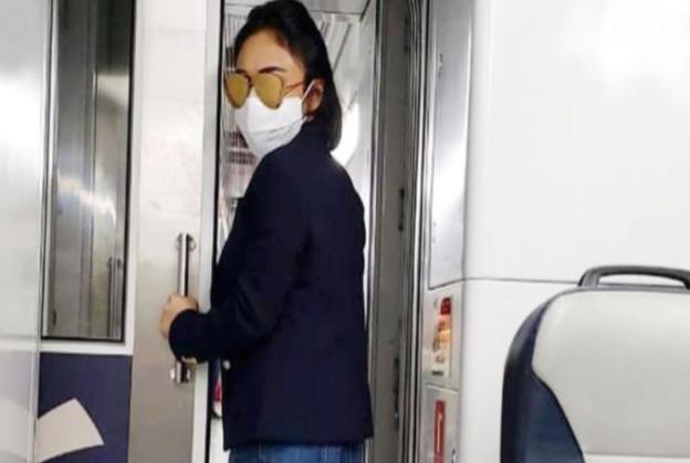 Waspada Corona, Yuni Shara Kenakan Masker